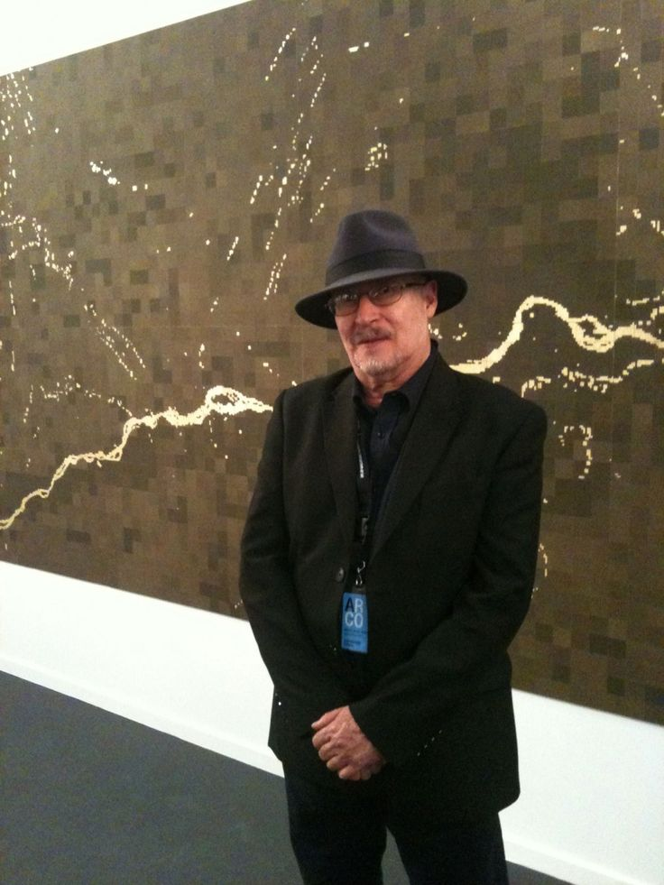 MIguel Angel Rojas delante de la obra El nuevo Dorado en la Galeria Sicardi de Houston