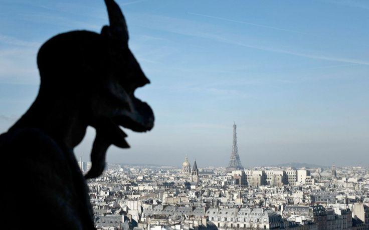 """La crainte d'une remontée des taux d'intérêt, une conjoncture en amélioration et peut-être un effet """"Brexit"""" sur les biens les plus chers: les prix de l'immobilier parisien devraient battre tous les records l'été prochain, en approchant 8.800 euros le m2, selon les notaires. Après avoir progressé de 5,5% en un an, le prix des appartements anciens à Paris était de 8.450 euros le m2 au premier trimestre 2017, dans de gros volumes de transactions - plus de 10.000, ce qui constitue un record…"""