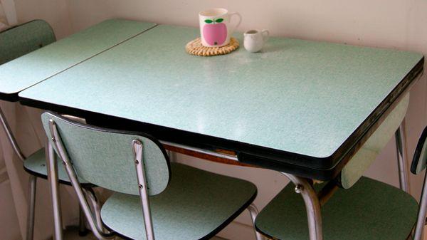 formica tafel - in mijn eerste appartementje stond er zo een in het geel