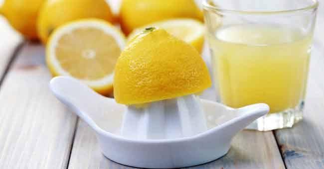Sorseggiare un bicchiere di acqua calda e limoneè uno dei più sani rituali mattutini. Il succo di limone è un potente antiossidante poiché è ricco di vitamine del gruppo B e C, potassio, car…
