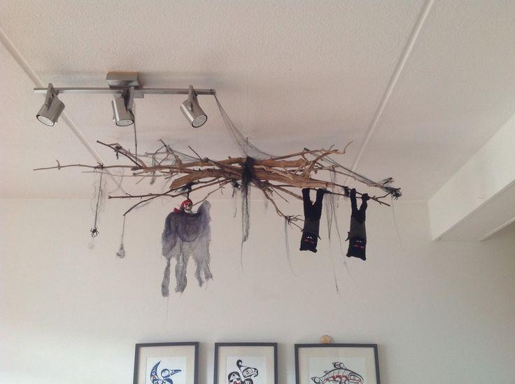 Roan's griezel feestje. Decoratie. Vleermuizen gemaakt van sokken met vleugels van krokodillen behang.