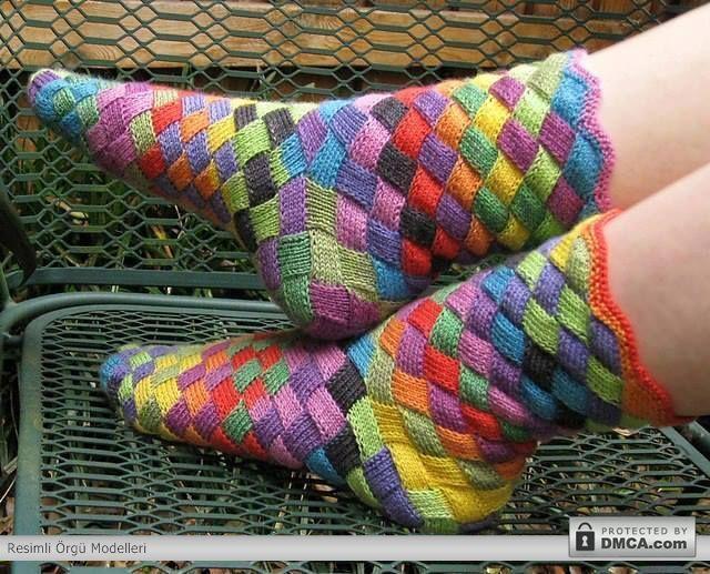 Renkli iplerden örüşmüş örgü çorap