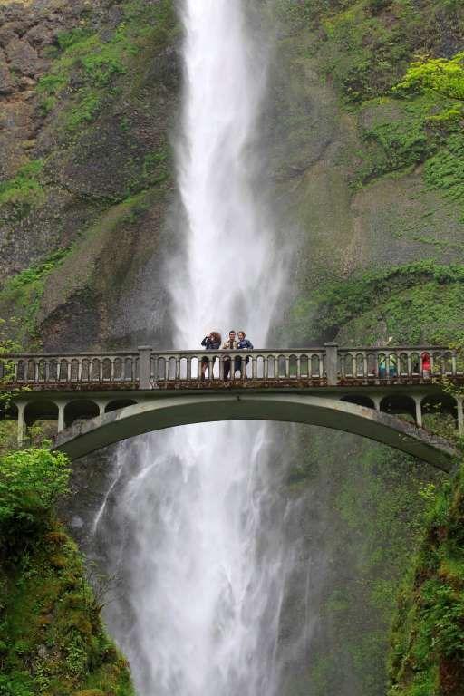 Benson Bridge, USA -   Passerella sulle cascate Multnomah, Bridal Veil, Oregon, USA  Da questo ponte è possibile scattare le foto più belle delle Multnomah Falls.