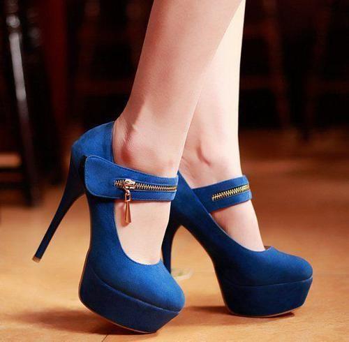 Zapatos aterciopelados en color azul rey