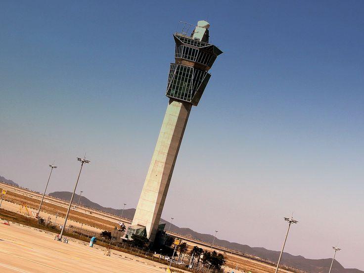Torre de controle do tráfego aéreo (ATC - air traffic control) do Aeroporto Internacional de Incheon em Seul, Coréia do Sul.  Fotografia: calflier001.