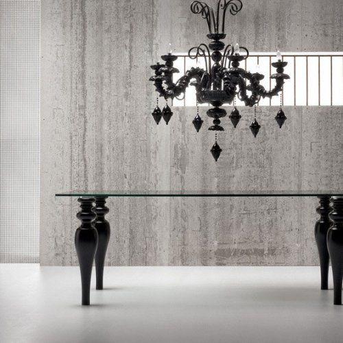 Tavolo romantico cm 180 x 90 piano in cristallo sp 18 mm, gambe tornite laccate opaco colore a scelta bianco, amaranto e nero.