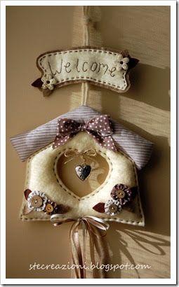 Una candida casetta per accogliere gli ospiti. Dopo gli auguri natalizi è questa che è appesa fuori dalla porta di casa ben in vista per tut...