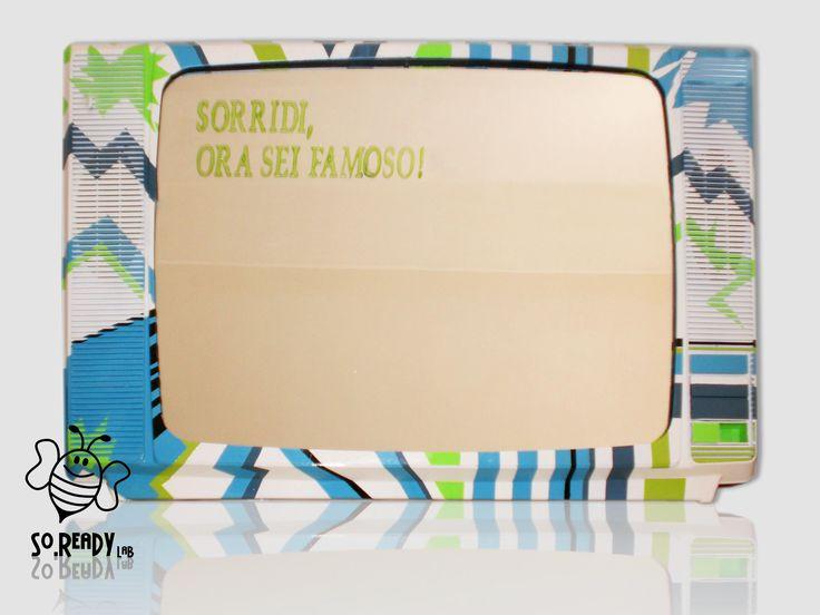 """Abbiamo abbinato la nostra Tv/Specchio alle strisce geometriche della vasca #teuco """"Accademia Pop"""". Un connubio tra arte, tecnologia ed ecodesign. #soreadystyle #upcycle #specchio #recycle #ecodesign - di So.Ready Lab - soreadylab.etsy.com"""