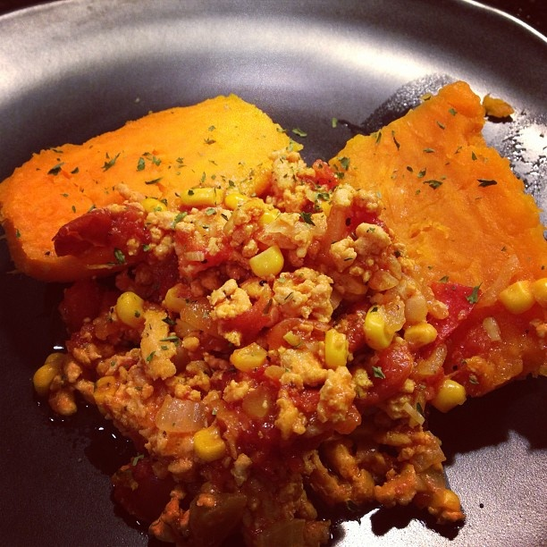 peito de peru moido com tomates e milho e batata doce assada