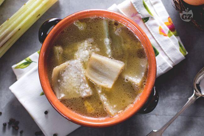 La zuppa di cardi è una minestra saporita tipica delle regioni Abruzzo e Molise, preparata con brodo di carne, cardi e uova