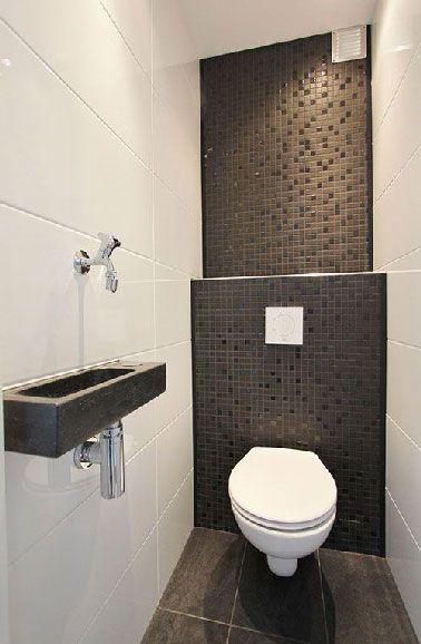 Du carrelage noir et blanc pour la déco de ces WC design posé sur toute la hauteur des murs. Au sol, la préférence est donnée à un carrelage gris anthracite pour créer une ambiance chaleureuse.