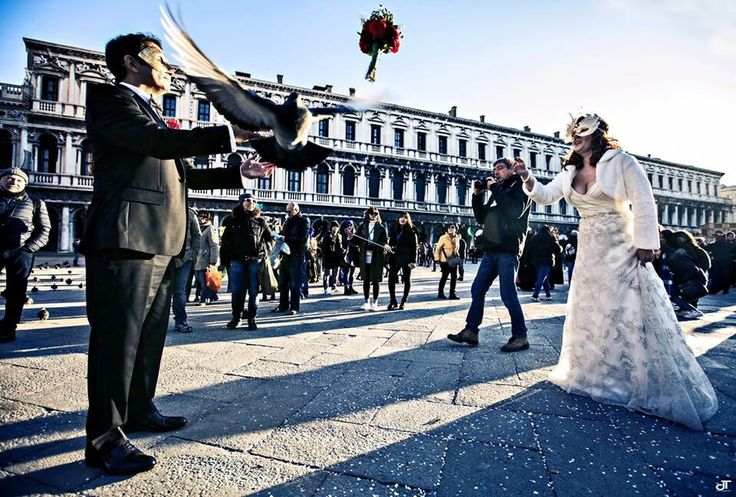 Venezia a Carnevale....romanticissimo matrimonio! Foto (Daniela Tanzi) www.tosettisposa.it #abitidasposa2015 #wedding #weddingdress #tosetti #abitidasposo #abitidacerimonia #abiti #tosettisposa #nozze #bride #modasottoleate lle #alessandrotosetti #domoadami #nicole #pronovias #alessandrarinaudo# realtime #l'abitodeisogni #simonemarulli #aireinbarcellona #rosaclara'#airebarcellona # زواج #брак #فساتين زفاف #Свадебное платье #حفل زفاف في إيطاليا #Свадьба в Италии