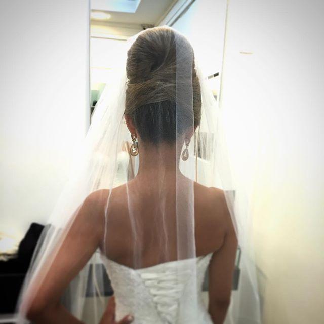 Detalhes do penteado da minha noivinha 👰🏼#coque princesa 😍😍coisa de cinema. #Make #cabelo #hair ...