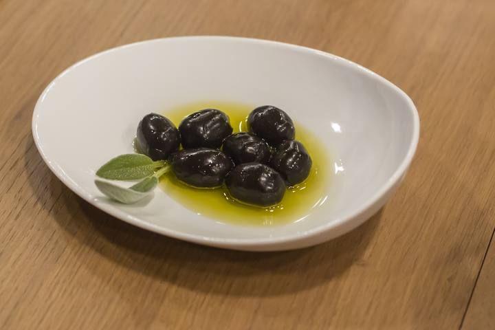 Trampantojo. Falsas olivas de queso, pimiento y anchoas. MasterChef Junior 2 - Programa 2 - RTVE.es
