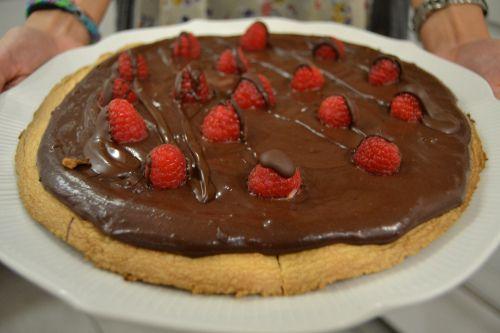 Cookie pizza de chocolate y frambuesa via http://thesoundofdreaming.com/2014/07/06/cookie-pizza-de-chocolate-y-frambuesa/