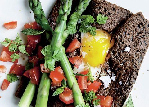 Boghvedepandekager med spejlæg og asparges (325 kcal)