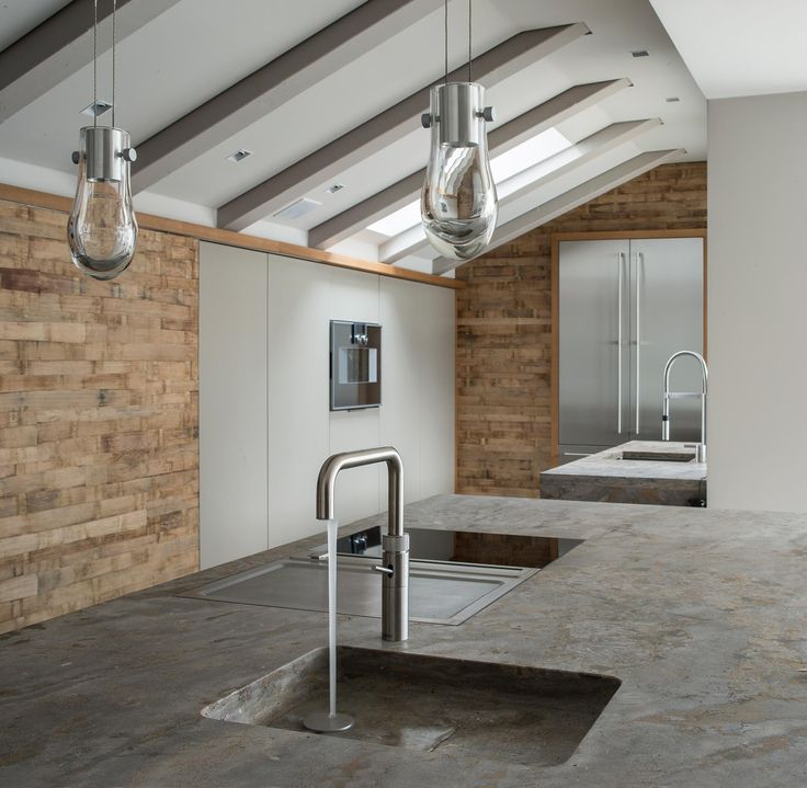 Elegant Offene K che direkt unter dem Dach mit Wandelementen aus Barrique Holz