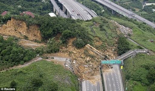 Deslizamiento de tierras en la Highway 3 de Taiwan, en abril de 2010