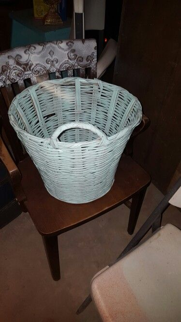 One handle mint wicker basket!10$