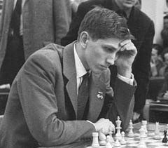 """1. Sept. 1972: 1972: Bobby Fischer wird durch seinen Sieg im sog. """"Match des Jahrhunderts"""" über den Russen Boris Spasski in Reykjavík Schachweltmeister. Obwohl der Zweikampf wegen Fischers exzentrischem Verhalten mehrfach vor dem Scheitern stand und er eine Partie kampflos verlor, gewann er nach 21 Partien mit 12½ : 8½. Es bedurfte einiger Überredungskunst, um Fischer überhaupt zum Spielen zu bewegen: Henry Kissinger rief ihn an, und der britische Millionär James Slater erhöhte das…"""
