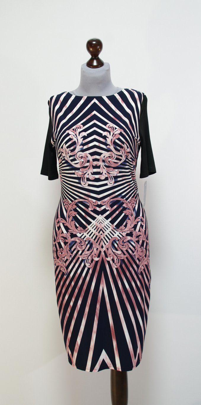 Черное платье в розовую полоску оттенка пыльной розы. Платье-карандаш фасона по фигуре.