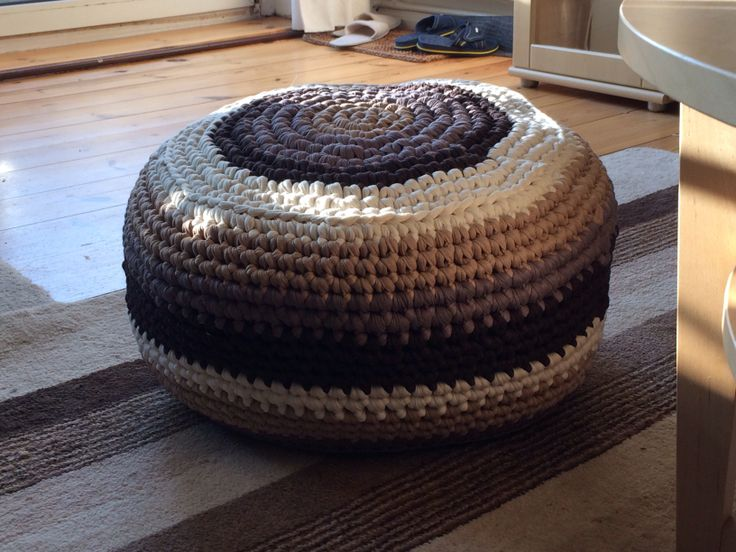 sitz pouf aus textilgarn geh kelt crochet h keln. Black Bedroom Furniture Sets. Home Design Ideas