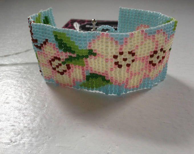 Bracelet en perle de rocaille fleurs floral rose et bleu. bracelet de métier à tisser. manchette en jewelry.beaded tisser. bracelet en perles. Native American fait