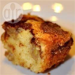 Bolo de banana caramelada com canela @ allrecipes.com.br - As bananas são assadas por cima do bolo, polvilhadas com açúcar e canela. Uma delícia.