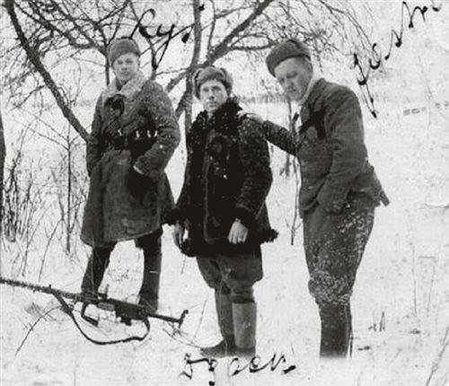"""Zima 1945–1946. Od lewej stoją: Zdzisław Kogut """"Ryś"""", Piotr Kwiatkowski """"Dąbek"""", Leon Taraszkiewicz """"Jastrząb""""."""