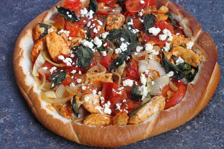 Dit recept van De man die koken kan is heerlijk om te maken en te eten met kinderen en je kan er volop mee variëren. Niet zo gek want het lijkt een beetje op pizza. Makkelijk, snel en weer eens wat anders dan anders.