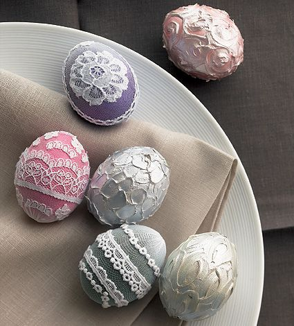 DIY: eggs embellished with lace, clay, tissue paper, flowers, cords http://www.brigitte.de/wohnen/ostern/eier-faerben-1086919/ #crafts #easter_eggs #decorations