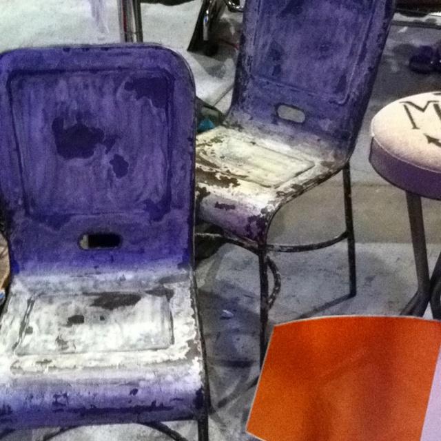 Sono 4 le sedie in ferro anni 50 potinate mantenendo gli strati di vernice esistenti