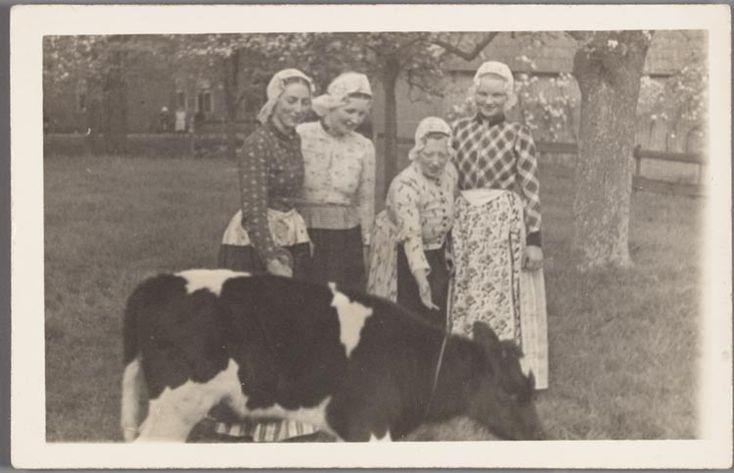 Westfriese jonge vrouwen in dracht. 1890-1920 #NoordHolland #WestFriesland