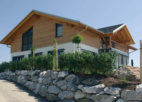 Schnörkellose Massivbauweise, ein offener Grundriss: Einfamilienhaus in natürlicher Bauweise mit Ziegel und Holz