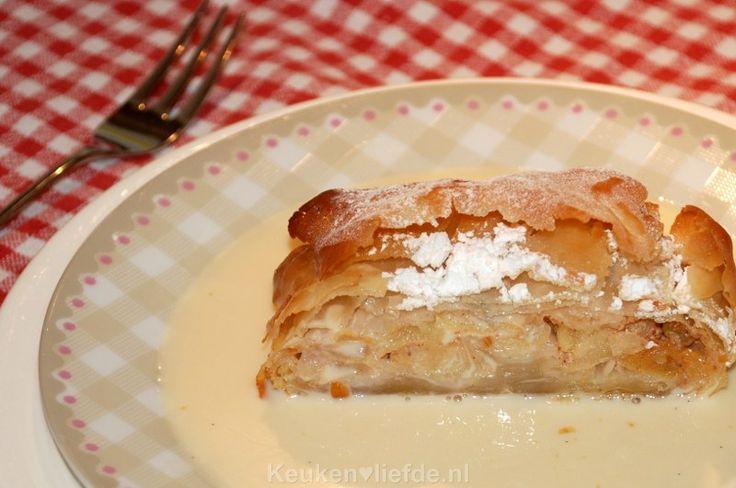 Duitse apfelstrudel is helemaal niet zo moeilijk om te maken! Serveer de apfelstrudel met zelfgemaakte vanillesaus of met een bolletje vanilleijs. Heerlijk!