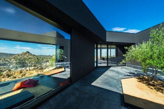 Varcando la soglia d'accesso della  Black Desert House (California), si raggiunge direttamente la corte attrorno a cui sono disposti tutti gli ambienti interni della villa, in una sequenza che si dispiega come in un labirinto, dove ogni luogo conduce ad un altro, in una serie di divagazioni.