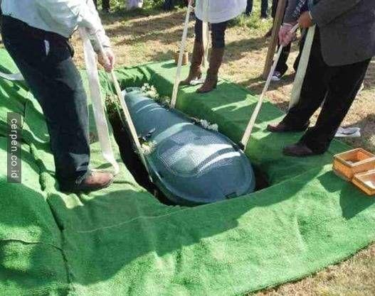 Sebelum Meninggal Pria Ini Menyuruh Istrinya Untuk Menguburkan Seluruh Uang Mereka Dalam Peti Matinya dan Lihat Apa yang Dilakukan Istrinya!