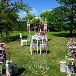 ślub w plenerze - klatki z kwiatami