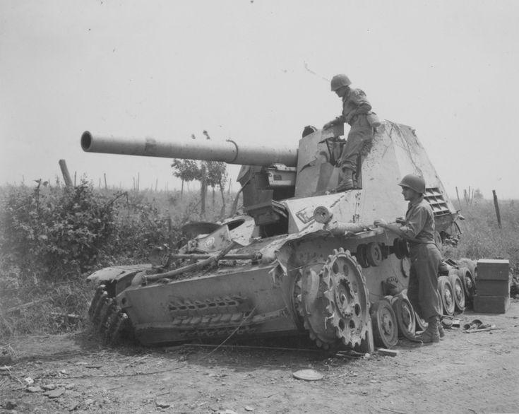 US soldiers inspect the destroyed Italian German 150-mm self-propelled howitzers 'Hummel' Sd.Kfz. 165 'Hummel' (15 cm Panzer-Haubiter 18/1 auf Fahrgestell des Geschutz Wagen III / IV Hummel).