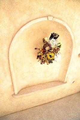 レリーフなどオリジナルデザインを用いたシックでエレガントなガーデンに 奥様がアートフラワーリースを作られるので…
