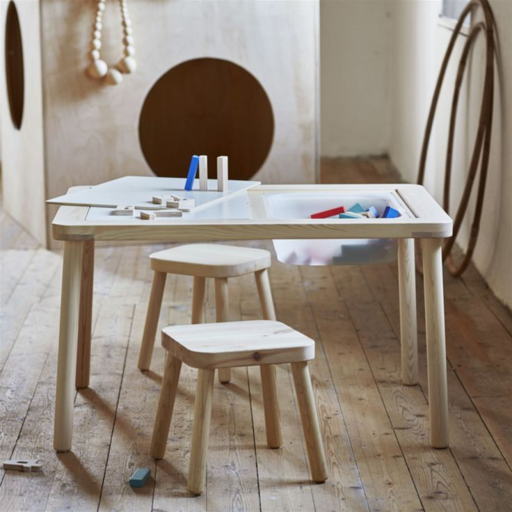<span>Flisat barnbord av furu, 499 kronor. Pallar, 149 kronor styck. <br></span>