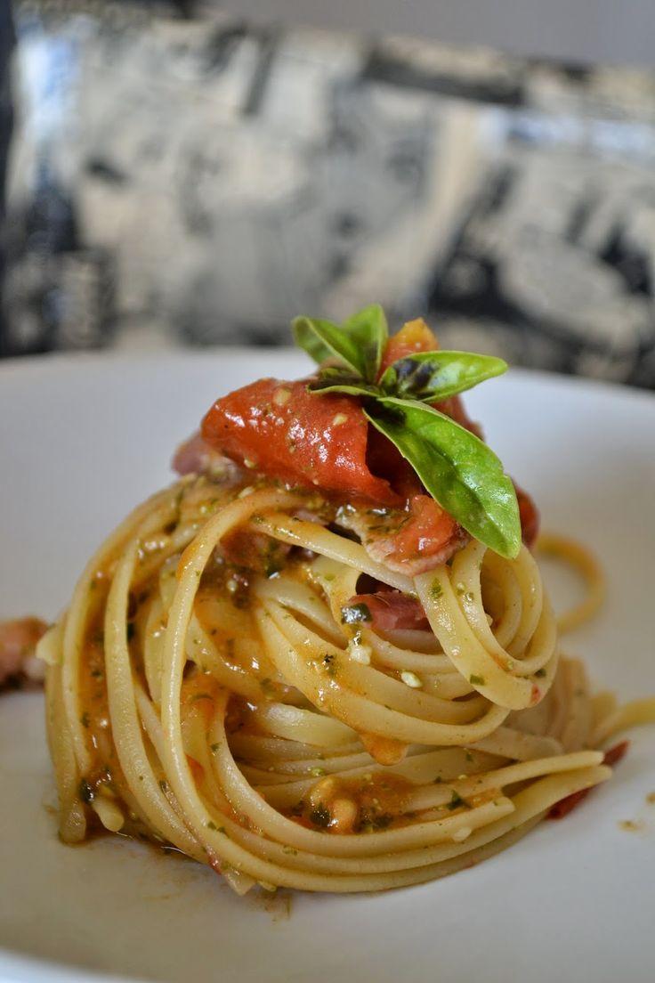 Ingredienti  (per 2 persone):   250 g di bavette  70 g di speck tagliato al coltello  9 pomodori datterini  pesto (basilico, pinoli, sa...