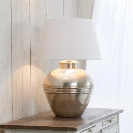 ich liebe den amerikanischen Einrichtungsstil. Keine grellen Deckenleuchten sondern im Zimmer verteilte Tischlampen, die sanftes Licht verströmen.