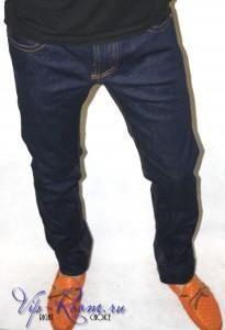 Черные джинсы зауженные к низу