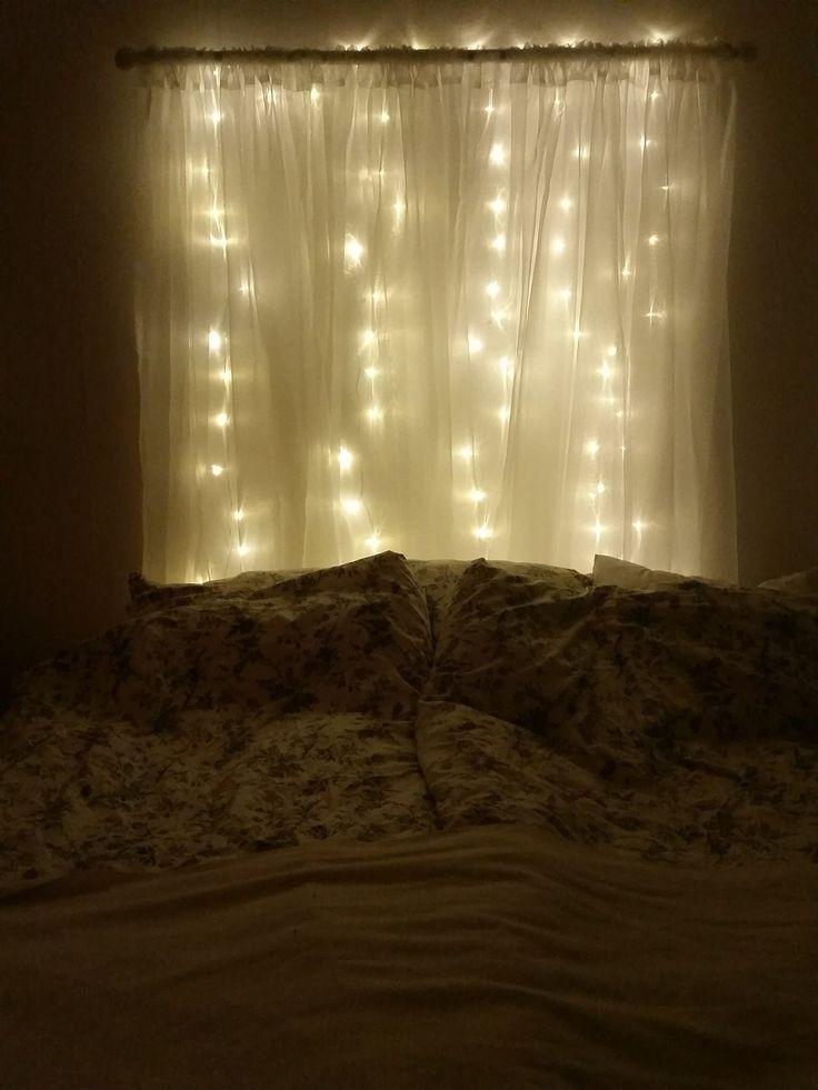Sänggavel av en gardinstång, gardiner och en ljusslinga. - genialt!