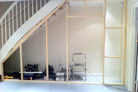 BYGGEPROSJEKT: Eva ønsket seg mer oppbevaring. Løsningen ble å lage boder under trappen. Foto: Eva Høydalsvik