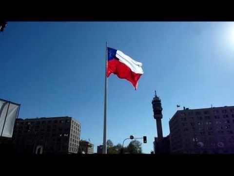 Bandera chilena flameando en el centro de Santiago.