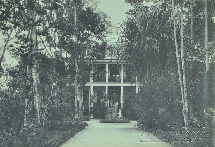 Vooringang van het hoofdgebouw. Datum: 1911 Locatie: Paramaribo, Suriname Vervaardiger: toegeschreven aan Augusta Curiel Inv. Nr.: 46-6 Fotoarchief Stichting Surinaams Museum