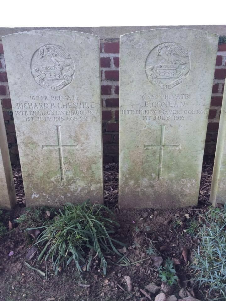 Spotted in a northern France cemetery - 2 British graves with consecutive service numbers meaning that these two soldiers likely signed up trained fought and died side by side. Lest we forget.