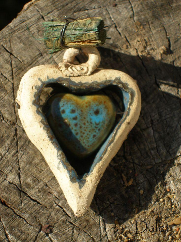 """Nias ..další srdíčko z modré řady, které nese název ostrova v Indickém oceánu...Zrcadlí faunu i floru, Život sám... keramické srdíčko modelováno z hlíny ostřené šamotem a lehce probarvené efektní glazurou Welte, je v tomto provedení """"rámem"""", který dává vyniknout kráse keramického, modrozeleného korálku ve tvaru srdce. Srdcovitý korálek je protažen mosazným ..."""
